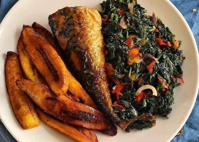 Assiette avec plat de poisson et d'amarante